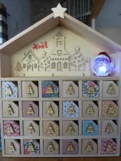 calendrier de l'avent en bois fait maison avec plein d'idées pour les cadeaux